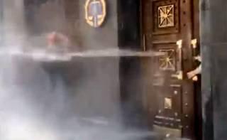 Митингующих у здания ГПУ обдали водой и каким-то газом