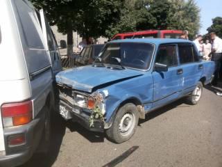 В Черновцах пьяный мужчина разбил девять машин на угнанном авто