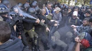 В соцсетях высмеяли действия полицейского, который брызнул себе в лицо из газового баллончика