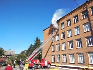 В Хмельницком вспыхнула школа. Пришлось эвакуировать всех детей
