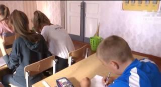 На Волыни школьника посадили за единственную старую парту за то, что его родители не скинулись на новую