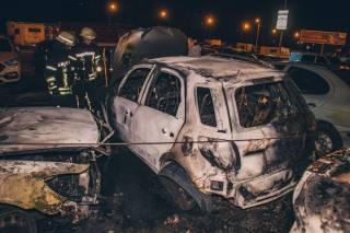 В Киеве неизвестные подожгли автомобиль активиста, в результате чего сгорели еще несколько машин