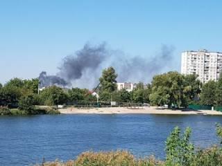 В Киеве бушует сильный пожар на Русановских садах. Появилось видео