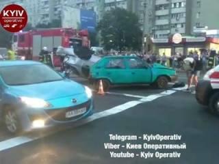 Пьяный водитель, удирая от полиции, устроил масштабное ДТП в Киеве. Столкновение попало на видео