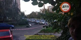 В Киеве мужчина с балкона открыл стрельбу по детской площадке