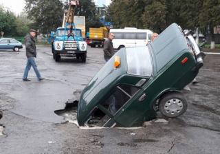 Под Киевом автомобиль такси провалился под асфальт
