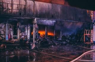 На одном из киевских рынков бушевал гигантский пожар. Появилось видео