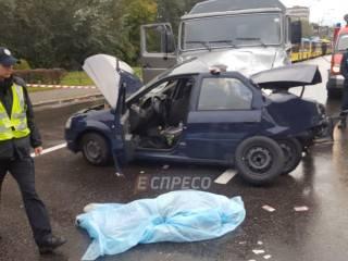 В Киеве после столкновения такси и грузовика погиб боец спецполка полиции