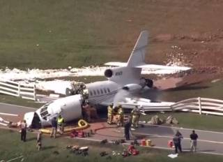 В США при посадке пополам переломило самолет. Появилось видео