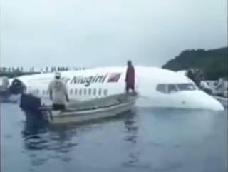 В Океании пассажирский лайнер рухнул в живописную лагуну