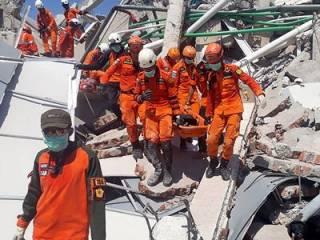 «Уничтожающее» землетрясение в Индонезии: число жертв неуклонно растет