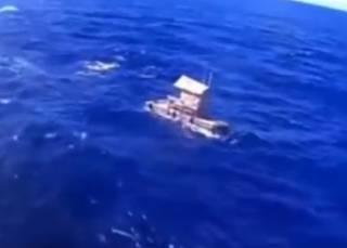 Молодой парень выжил после семи недель в Тихом океане. Говорит, спасла Библия