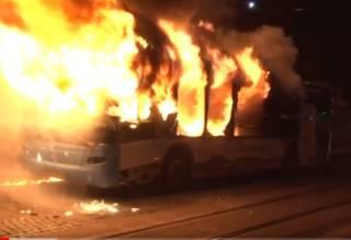 В центре Львова у пожарной части эпично сгорел автобус. Появилось видео