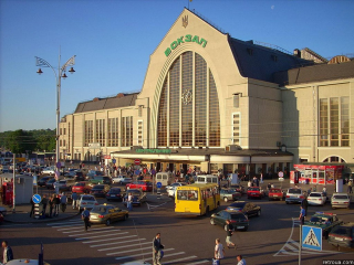 В Киеве на вокзале неизвестные средь бела дня похитили девушку