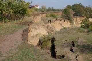 На Кировоградщине целая улица уходит под землю. А на Одесщине земля сползает в море
