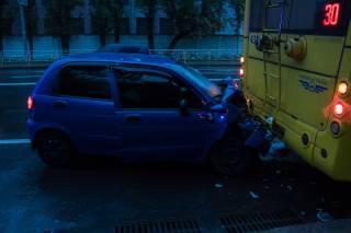 В столице Matiz на полном ходу врезался в троллейбус во время посадки пассажиров