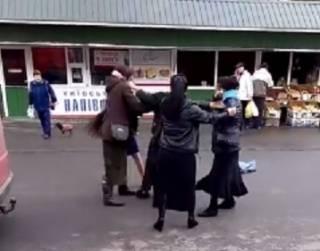 В Кременчуге цыганки устроили массовую драку, не поделив орехи. Появилось видео