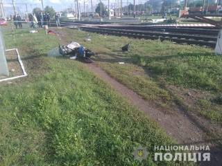 На Киевщине женщина попыталась проскочить перед скоростным поездом на скутере. Итог закономерен
