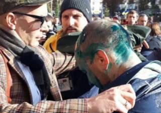 Националисты сорвали заседание Киевсовета, облив зеленкой известного депутата