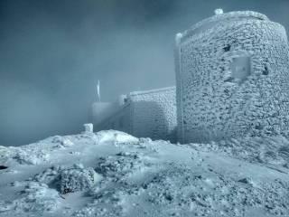 Карпатскую вершину занесло полуметровым слоем снега. Появились впечатляющие фото
