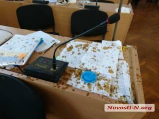 Николаевские националисты облили фекалиями троих местных депутатов и набили одному из них лицо