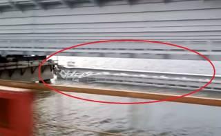 Часть Керченского моста рухнула в пролив