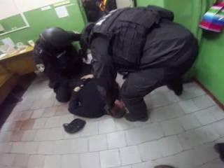 В метро Харькова повязали дерзкую банду «оборотней в погонах». Появилось видео