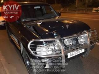 В Киеве пешеход попал под колеса престижной иномарки