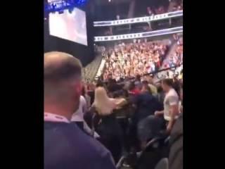 Фанаты Макгрегора и Нурмагомедова сошлись в рукопашной схватке. Появилось видео