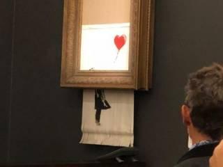 Картина знаменитого художника самоуничтожилась во время аукциона. Появилось видео