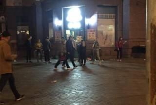 Толпа малолетних отморозков разгромила легендарный продуктовый магазин возле Верховной Рады