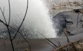 В Киеве из-под земли внезапно забил мощный «гейзер»