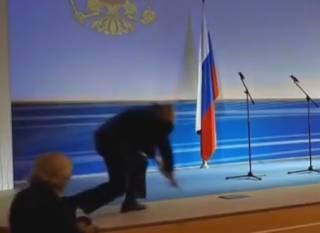 Одиозный Жириновский курьезно грохнулся на сцене. Появилось видео