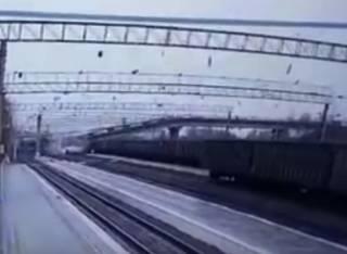 В России мост упал прямо на проходящий поезд. Появилось видео
