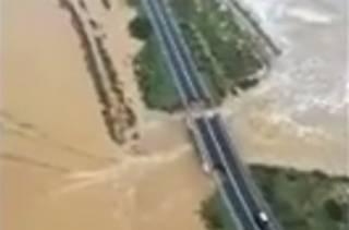 Из-за сильных дождей в Италии рухнул очередной мост. Появилось видео