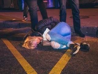 В Киеве пьяные «гопники» бросались на полицию, среди задержанных - беременная