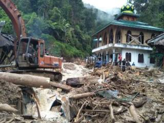 В Индонезии обрушилась школа прямо во время уроков. Многие не спаслись
