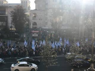 Участники акции за высокие зарплаты в центре Киева облили нардепов некой вонючей субстанцией