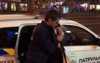 На Крещатике молодой неадекват решил подраться с компанией мужиков – его с трудом успокоила полиция