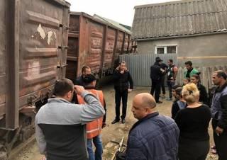 В одном из микрорайонов Ужгорода сошел с рельсов грузовой поезд. Появилось видео