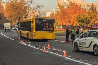 В Киеве автобус переехал избитого мужчину