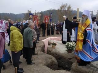 На Западной Украине православные, у которых раскольники отобрали церковь, начали строительство нового храма