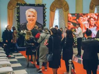 В Киеве попрощались с Мариной Поплавской. Очередь растянулась на сотни метров