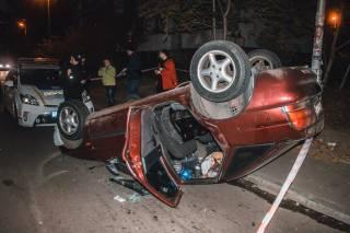 В Киеве пьяный водитель перевернулся на крышу и бросался на полицейских