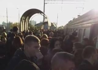 В Киеве разъяренная толпа заблокировала движение электрички. Появилось видео