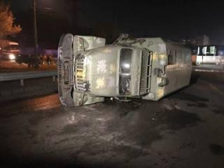 В Киеве перевернулся военный грузовик. Появилось видео