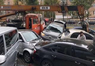 Масштабное ДТП в центре Киева. Автокран смял 17 автомобилей