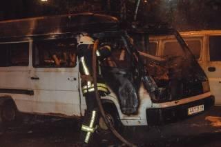 В центре Киева сожгли микроавтобус Mercedes. Появилось видео