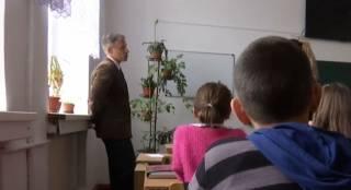 Скандал в школе на Ровенщине. За патриотическое приветствие учитель наказал ребенка