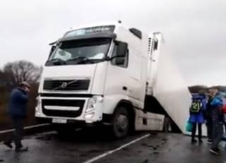 В России прямо под грузовиком развалился мост. Появилось видео